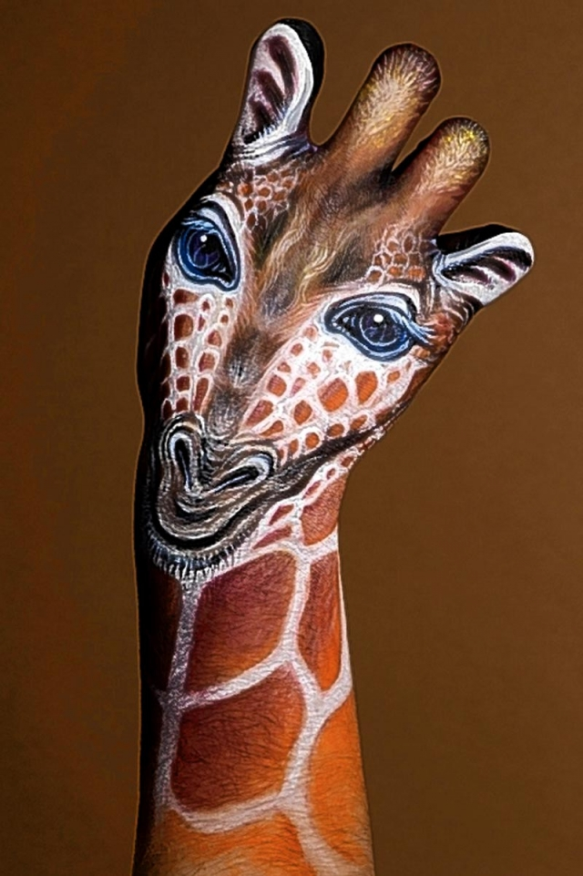 Amazing hand and body painting art by guido daniele for Amazing hand drawings