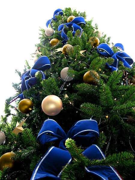 40 color combination ideas for christmas tree decoration for Blue gold and white christmas tree
