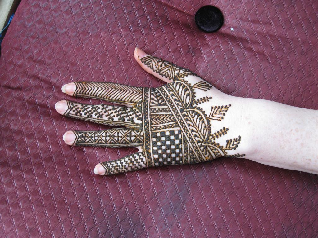 beautiful mehndi pattern for hands