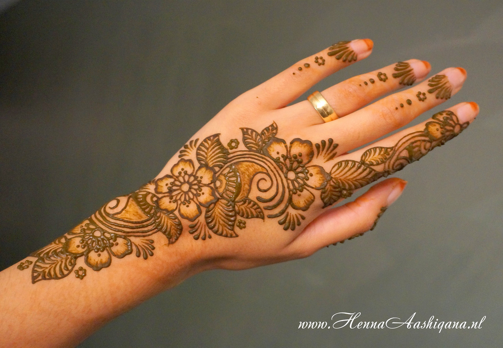 Flower Mehndi Designs For Back Hands : Floral mehndi henna designs for girls hands