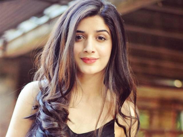 9-famous-beautiful-pakistani-actress-Mawra-Hocane