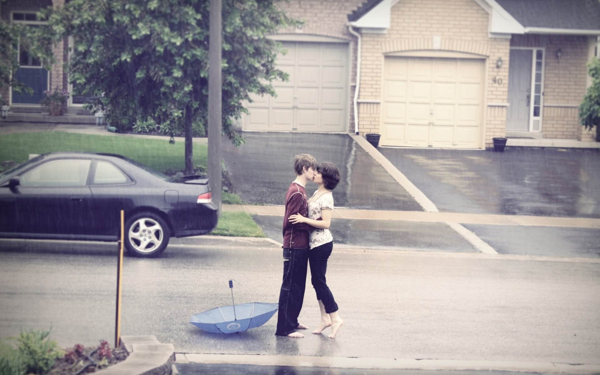 kiss on road