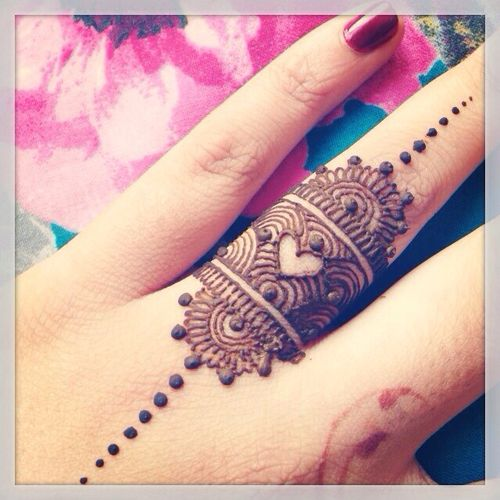 pretty finger heart mehndi pattern