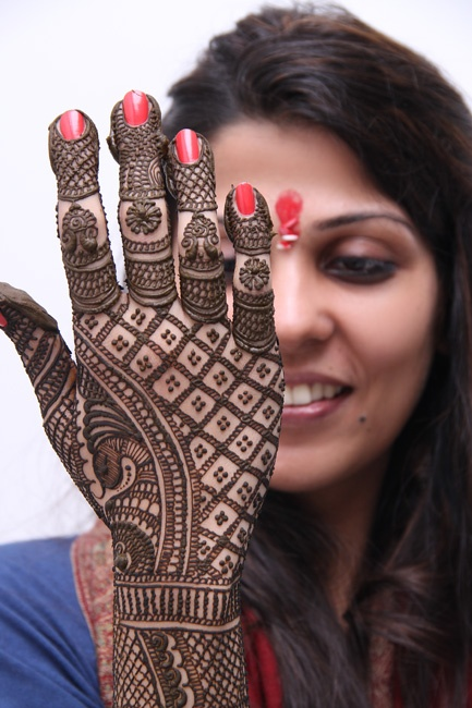 traditional mehndi pattern for back hands